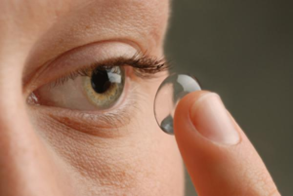 How to put contact lenses in and take them out